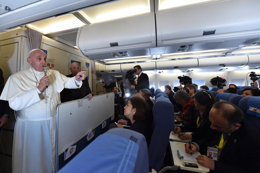 Papa Francesco parla in aereo